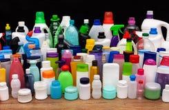 Insieme delle bottiglie di plastica usuali da una famiglia - concep di inquinamento Fotografia Stock