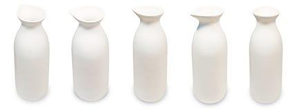 Insieme delle bottiglie giapponesi di causa su fondo bianco fotografia stock libera da diritti