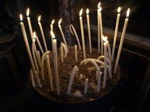 Insieme delle candele brucianti curve lunghe Fotografia Stock Libera da Diritti