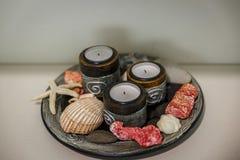 Insieme delle candele su un piatto sulla tavola di un centro di terapia Fotografia Stock Libera da Diritti