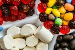 Insieme delle caramelle sciolte dolci in un vassoio Fotografia Stock