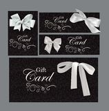 Insieme delle carte di regalo con gli elementi di progettazione floreale e gli archi di bianco Immagine Stock