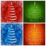 Insieme delle cartoline d'auguri multicolori con un albero di Natale musicale dell'estratto, con le note e la chiave tripla illustrazione vettoriale