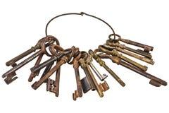 Insieme delle chiavi arrugginite d'annata su un anello isolato su bianco Fotografie Stock