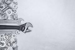 Insieme delle chiavi con le viti ed i bulloni sul fondo grigio del metallo Immagini Stock Libere da Diritti