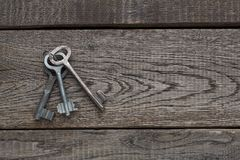 Insieme delle chiavi d'annata arrugginite su legno invecchiato Fotografia Stock Libera da Diritti
