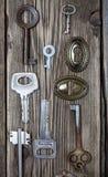 Insieme delle chiavi d'annata e dei buchi della serratura Fotografia Stock Libera da Diritti