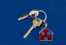 Insieme delle chiavi della casa sui portachiavi a anello Fotografia Stock Libera da Diritti