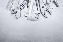 Insieme delle chiavi e del calibro per il lavoro manuale sul BAC graffiato del metallo Fotografie Stock Libere da Diritti