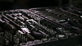 Insieme delle chiavi in garage video d archivio