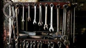 Insieme delle chiavi sporche delle chiavi sullo scaffale di legno con T differente Fotografia Stock
