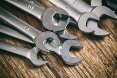 Insieme delle chiavi su fondo di legno Immagine Stock