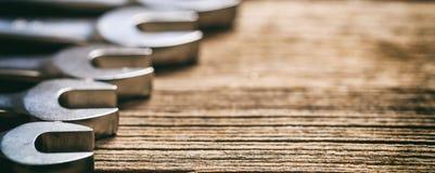 Insieme delle chiavi su fondo di legno Fotografia Stock