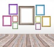 Insieme delle cornici d'annata di colore sulla parete Fotografia Stock