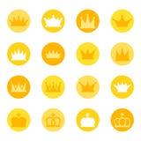 Insieme delle corone reali sul fondo di colore, illustrazione Immagine Stock