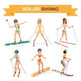 Insieme delle donne che sciano in un bikini all'estremità della località di soggiorno di inverno fotografia stock libera da diritti