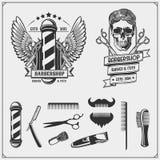 Insieme delle etichette d'annata del negozio di barbiere, dei distintivi, degli emblemi e degli elementi di progettazione illustrazione vettoriale