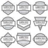 Insieme delle etichette decorate in bianco e nero su fondo bianco royalty illustrazione gratis