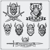 Insieme delle etichette, dei distintivi e degli emblemi di vichingo Cranio, casco cornuto, guerriero, schermo, spada Stile dell'a illustrazione di stock