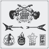 Insieme delle etichette del negozio della chitarra, degli emblemi, dei distintivi e delle icone di musica royalty illustrazione gratis