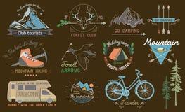 Insieme delle etichette di campeggio dell'annata, del logos, degli emblemi e degli elementi progettati illustrazione vettoriale