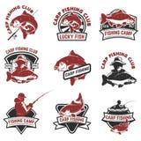 Insieme delle etichette di pesca della carpa isolate su fondo bianco Progettazione illustrazione vettoriale