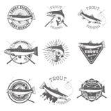 Insieme delle etichette di pesca della trota royalty illustrazione gratis