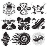 Insieme delle etichette di skateboarding - cranio in casco, nella riparazione, nel gruppo del pattino, nel negozio del bordo, ecc illustrazione vettoriale