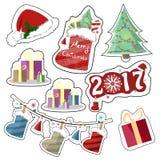 Insieme delle etichette festive luminose di vettore in uno stile piano Natale cappello, stivale con i regali, anno, scatole di Na illustrazione vettoriale