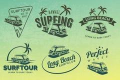 Insieme delle etichette praticanti il surfing d'annata, dei distintivi e degli emblemi dell'automobile Fotografie Stock