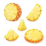 Insieme delle fette dell'ananas isolate su un bianco Immagini Stock Libere da Diritti