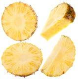 Insieme delle fette dell'ananas isolate sui precedenti bianchi Fotografie Stock Libere da Diritti