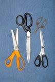 Insieme delle forbici e dei tagli di cucito Fotografia Stock Libera da Diritti