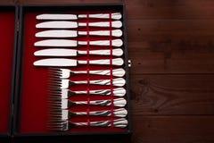 Insieme delle forcelle e dei coltelli in uno spazio della copia di caso Fotografie Stock Libere da Diritti