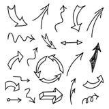 Insieme delle frecce disegnate a mano su fondo bianco Immagine Stock
