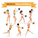 Insieme delle giovani donne che giocano beach volley in bikini Immagini Stock