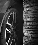 Insieme delle gomme di automobile con le ruote della lega Immagine Stock