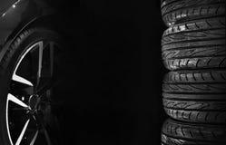 Insieme delle gomme di automobile con le ruote della lega Fotografia Stock Libera da Diritti