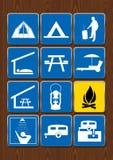 Insieme delle icone delle attività all'aperto: tenda, area del barbecue, riparo, mangiante area, lanterna, fuoco di accampamento, Fotografia Stock Libera da Diritti