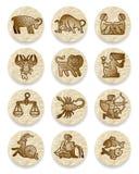 Insieme delle icone con i simboli di contorno dello zodiaco su circl di carta sgualcito Fotografie Stock