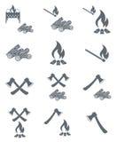 Insieme delle icone del fuoco di accampamento, dell'ascia e della legna da ardere Fotografia Stock Libera da Diritti