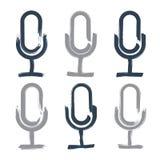 Insieme delle icone disegnate a mano del microfono, disegno di spazzola Immagini Stock Libere da Diritti