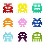 Insieme delle icone monocromatiche con i mostri del pixel Immagini Stock