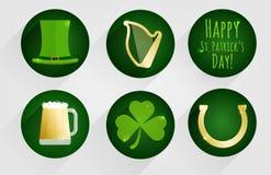 Insieme delle icone piane di progettazione per il giorno del ` s di St Patrick, isolate su fondo rotondo verde scuro Immagine Stock