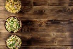 Insieme delle insalate festive della maionese sulla tavola di legno Vista superiore fotografia stock