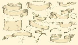 Insieme delle insegne disegnate a mano d'annata, dei nastri e degli elementi delle frecce per le cartoline d'auguri o l'invito de illustrazione vettoriale