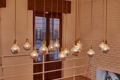 Insieme delle lampadine d'ardore dell'annata con i cappucci dorati ed i cavi che pendono dal soffitto a Toledo Fotografia Stock Libera da Diritti
