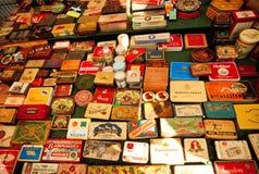 Insieme delle latte del metallo dai sigari e dalle sigarette cubani sulla vetrina del mercato delle pulci Fotografia Stock Libera da Diritti