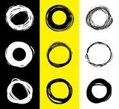 Insieme delle macchie rotonde in bianco e nero Cerchi disegnati a mano dello scarabocchio Insegna del punto per testo Paese del c illustrazione vettoriale