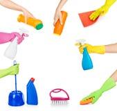 Insieme delle mani che tengono i prodotti chimici di famiglia per pulire Immagini Stock